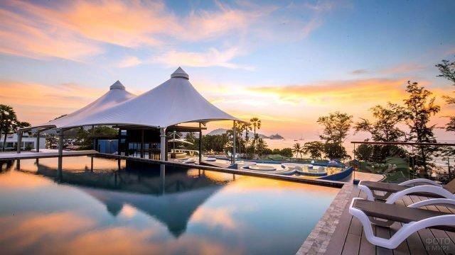 Закат над прибрежным отелем в Патонге