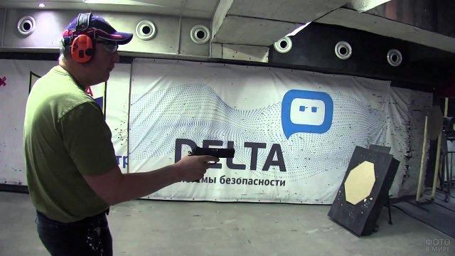 Директор Роскомоса стреляет как ковбой в спортивном тире