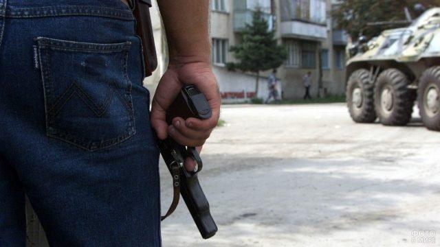 Гражданин с пистолетом в зоне боевых действий