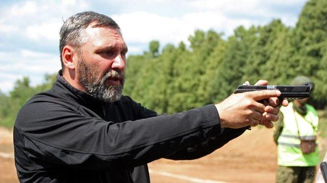 Инструктор с пистолетом Лебедева на практических занятиях