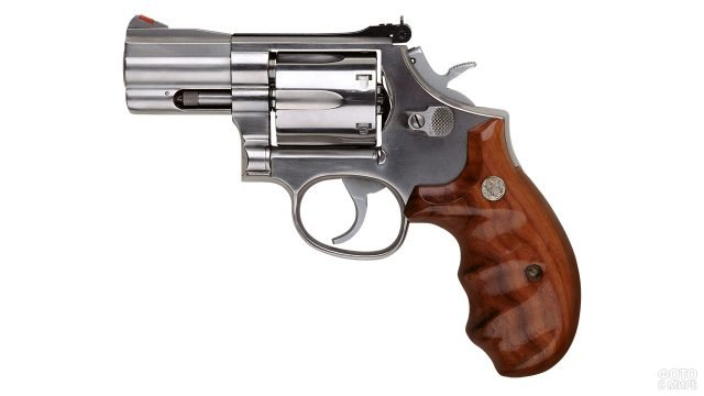 Маленький револьвер под патрон Флобера с деревянной ручкой