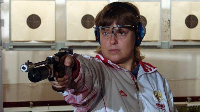 Олимпийская чемпионка по стрельбе из пистолета Ольга Кузнецова на тренировке в тире