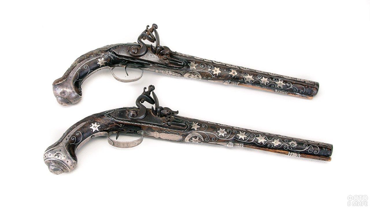 Пара антикварных кремниевых пистолетов