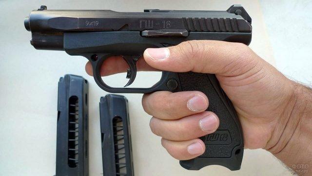 Пистолет ГШ-18 в руке