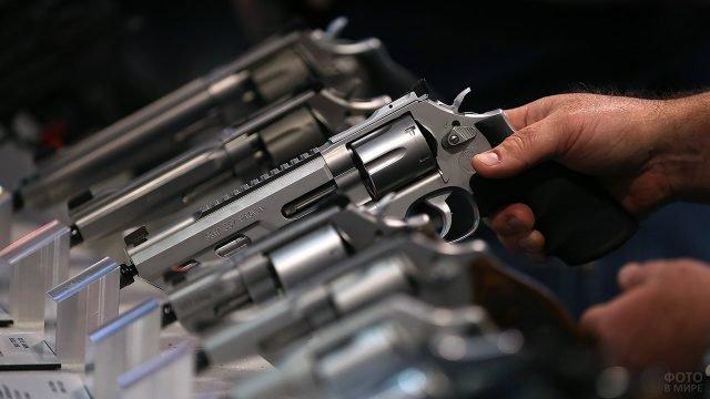 Пистолеты на витрине оружейного магазина