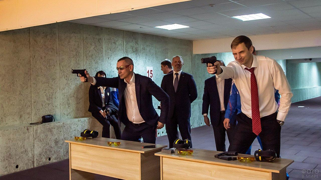 Преподаватели сибирского ВУЗа с пистолетами в тире