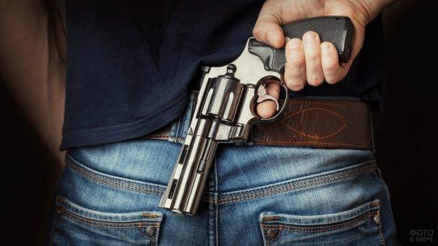 Револьвер для самообороны за спиной у мужчины
