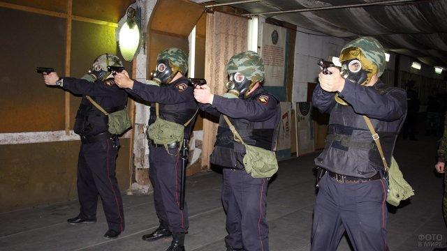 Сотрудники МВД на учебных стрельбах в тире