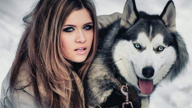 Голубоглазая девушка с собакой хаски