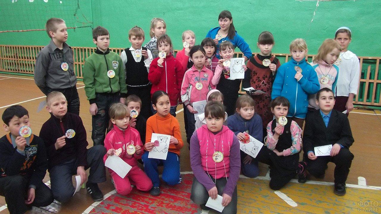 Дети на празднике в День Святого Валентина для младших классов в спорт-зале школы