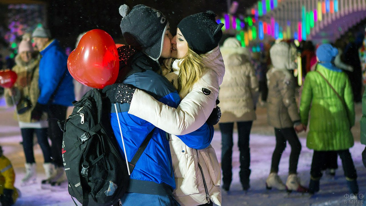 Пара целуется на катке в День влюблённых