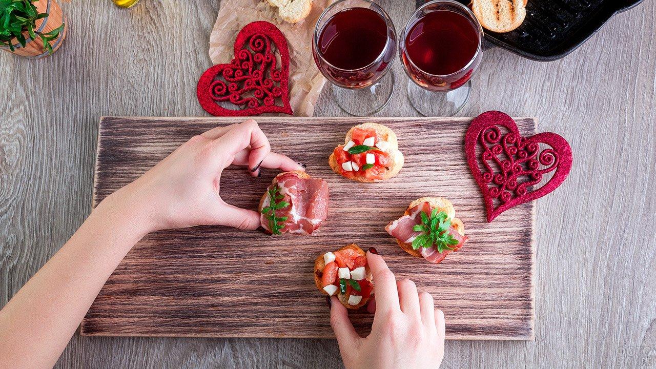Сервировка романтического ужина в День влюблённых