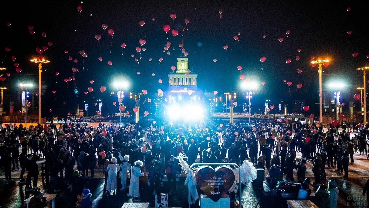 Запуск в небо шариков-сердечек в День Святого Валентина в Москве