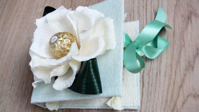 Цветок с сердцевиной-конфеткой на открытке к 8 марта