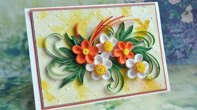Квиллинг-открытка с бело-оранжевыми цветами к 8 марта