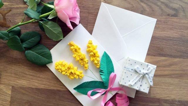 Открытка к 8 марта с мимозой из цветной бумаги и живой розой
