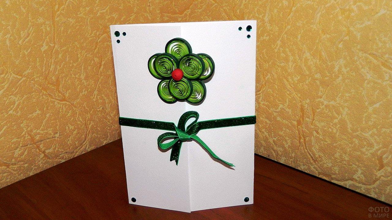 Самодельная открытка к 8 марта с зелёным цветком в стиле квиллинга и бантиком
