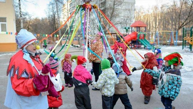 Аниматоры проводят конкурс-хоровод на детском празднике Масленицы