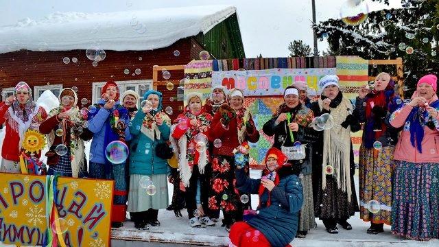Аниматоры в народных костюмах пускают мыльные пузыри на Масленице в Астрахани