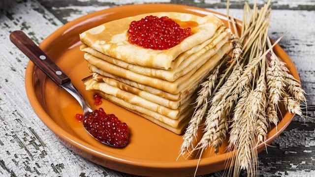 Блинчики с красной икрой и колосья пшеницы