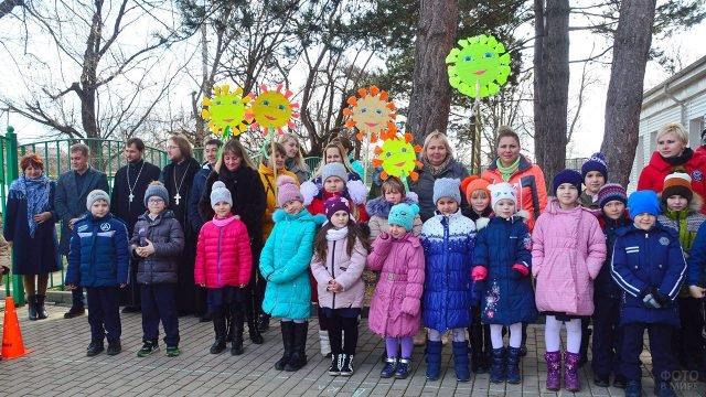 Дети на торжественной линейке в честь Масленицы
