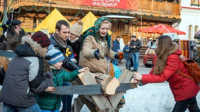 Дети участвуют в конкурсе на Широкой Масленице в Московском парке