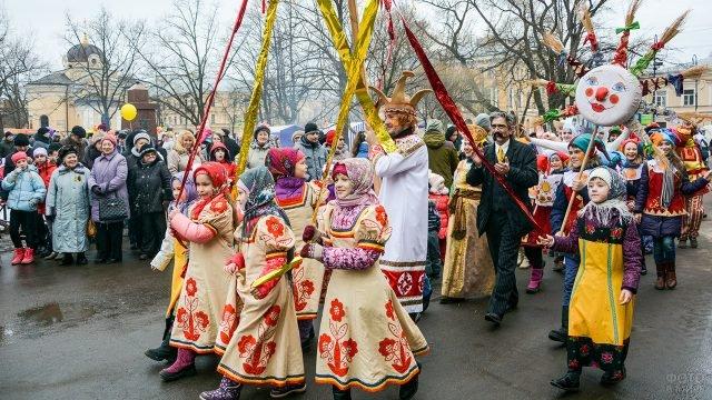 Дети в народных костюмах на Масленичном параде в Петербурге
