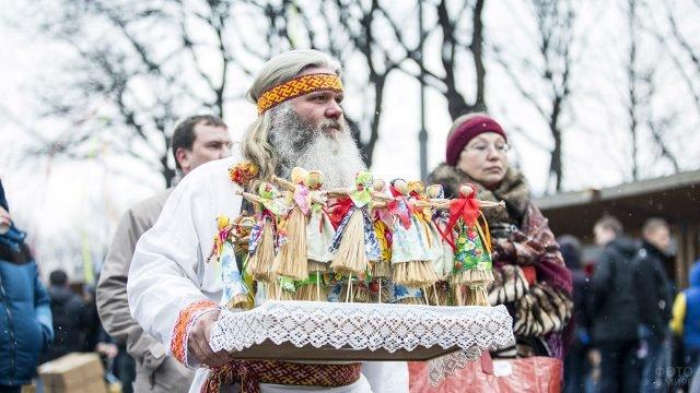 Коробейник с чучелами зимы на городском празднике Масленицы