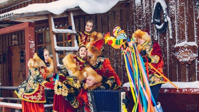 Музыкальный ансамбль в народных костюмах на Масленичных гуляньях