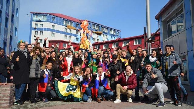 Студенты Владивостокского ВУЗа празднуют Широкую Масленицу