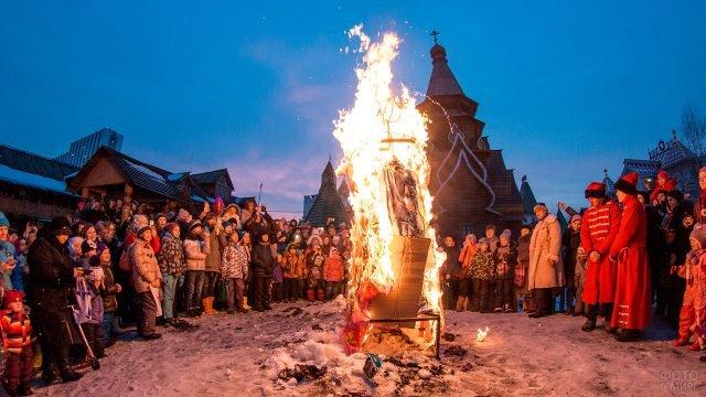 Сжигание чучела Зимы на Широкой Масленице в Москве