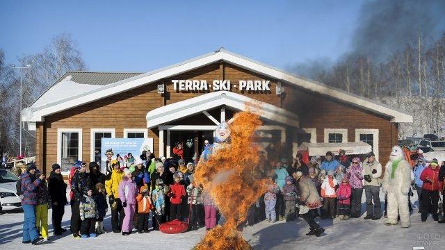 Сжигание чучела зимы в лыжном парке Нижегородской области