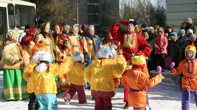 Выступление детского танцевального коллектива на празднике Масленицы