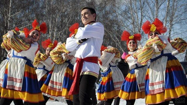 Выступление танцевального коллектива на Широкой Масленице