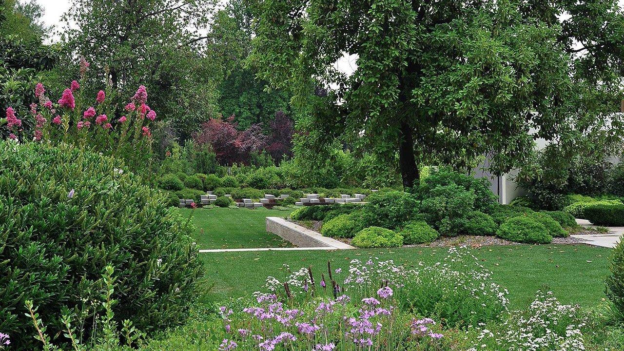 Оформление сада в современном линейно-графичном стиле