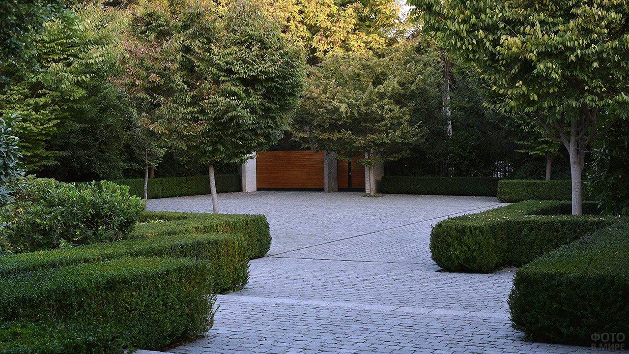Подъездная дорожка в современном линейно-графичном саду