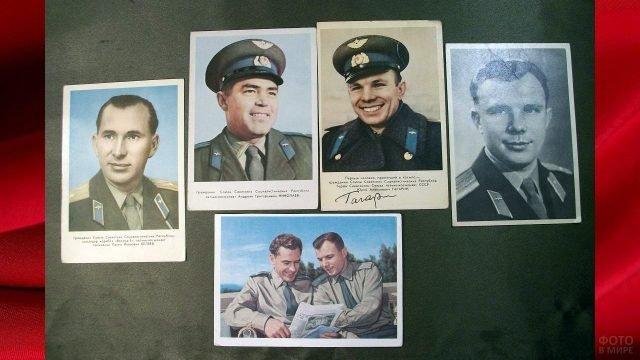 Стенд с советскими фото-открытками к 12 апреля с портретами Титова и Гагарина