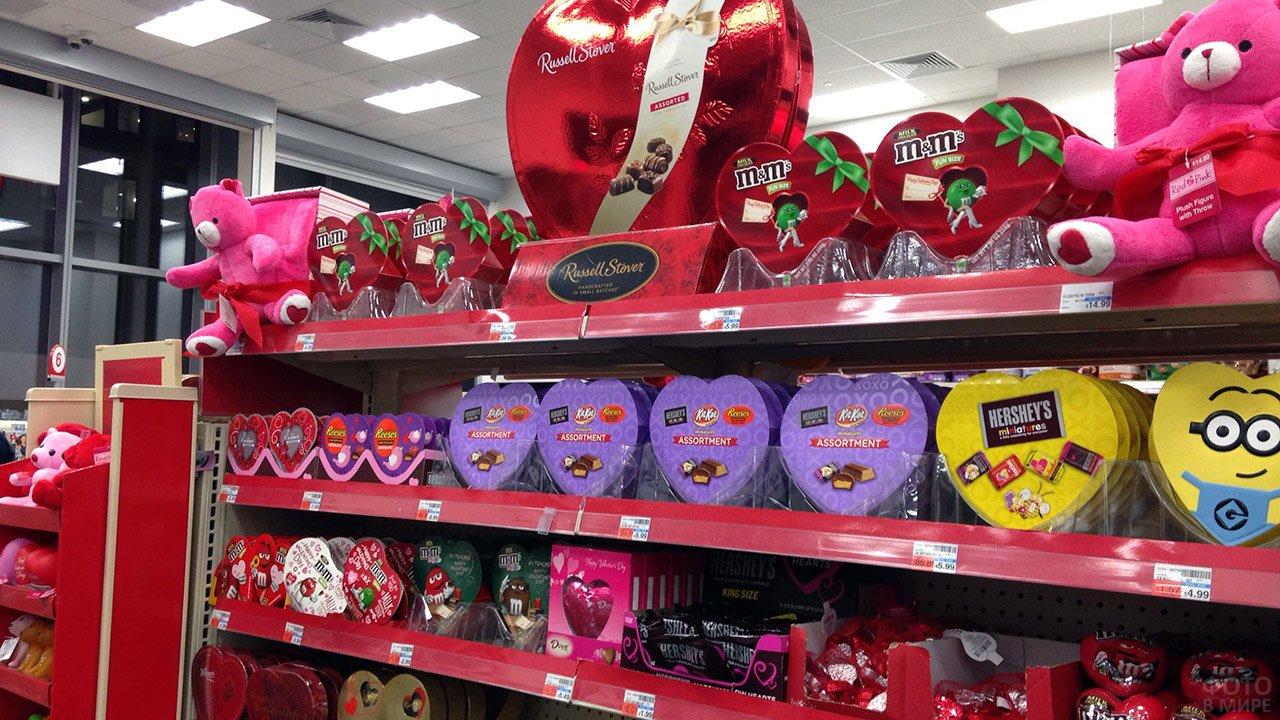 Бесчисленные подарки к 14 февраля на полках супермаркета