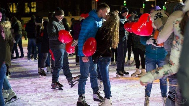 Целующаяся пара на московском катке в День влюблённых