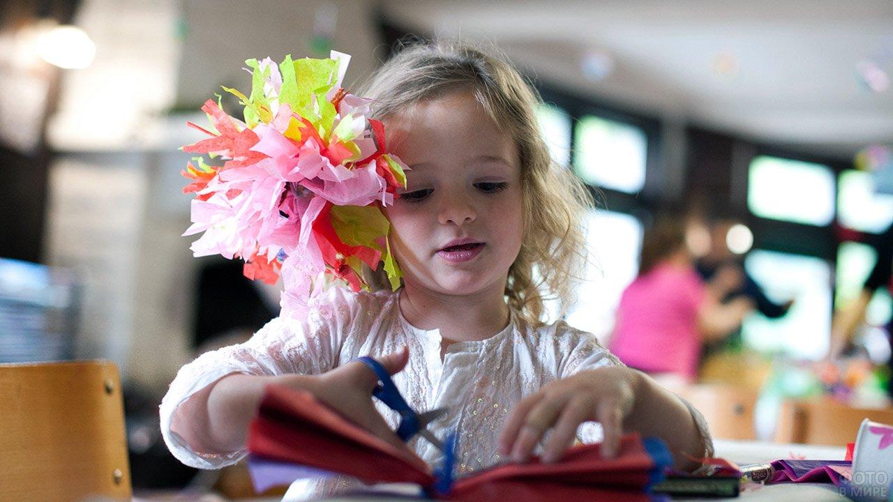 Девочка на детских мастер-классах на 14 февраля в торговом-центре