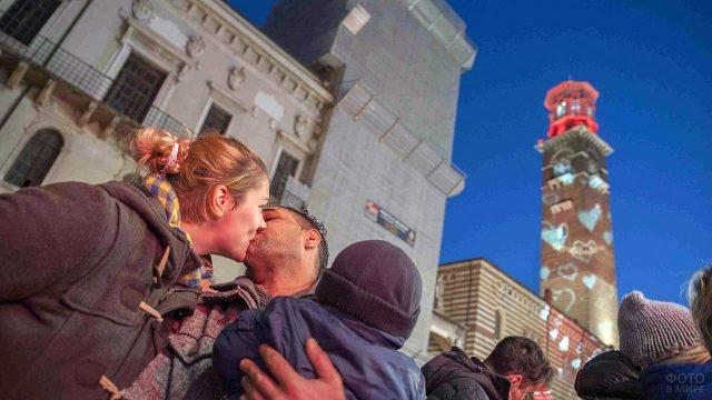 Флешмоб с поцелуями на итальянской площади в День влюблённых