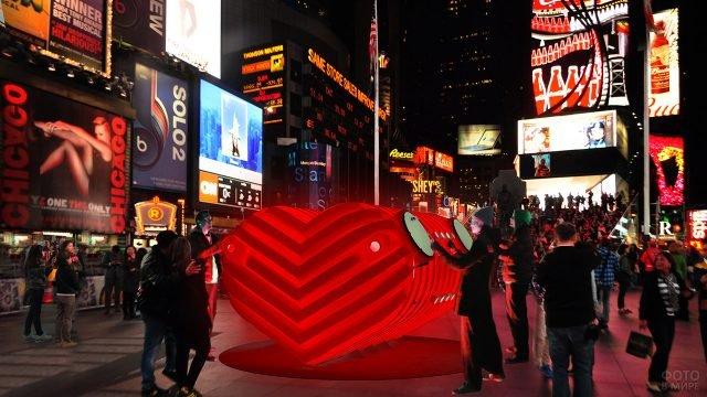 Ночные огни праздничной инсталяции на 14 февраля в Нью-Йорке
