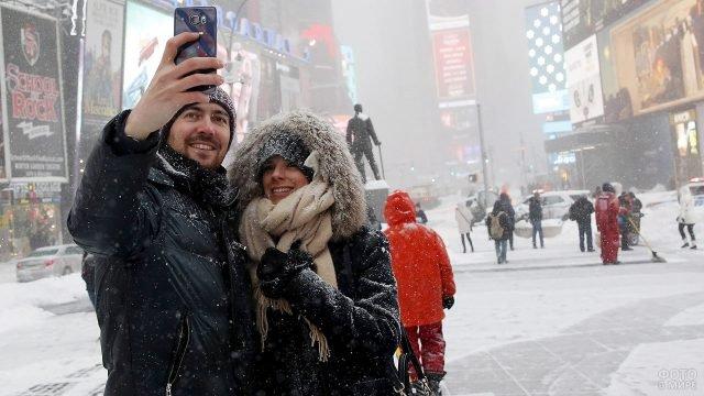 Пара фотографируется под снегопадом в центре Нью-Йорка на 14 февраля