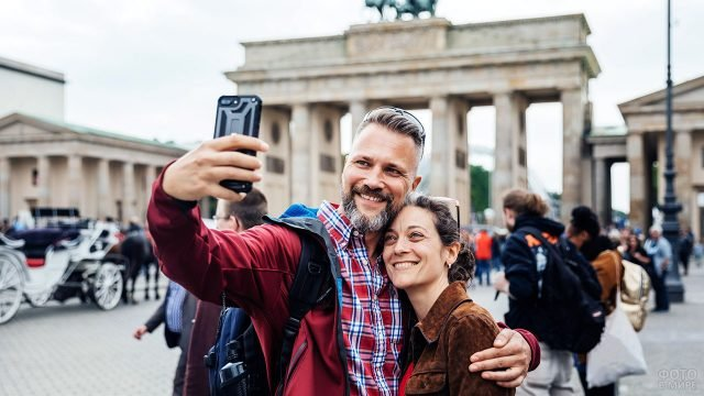 Пара отмечает 14 февраля в центре Берлина