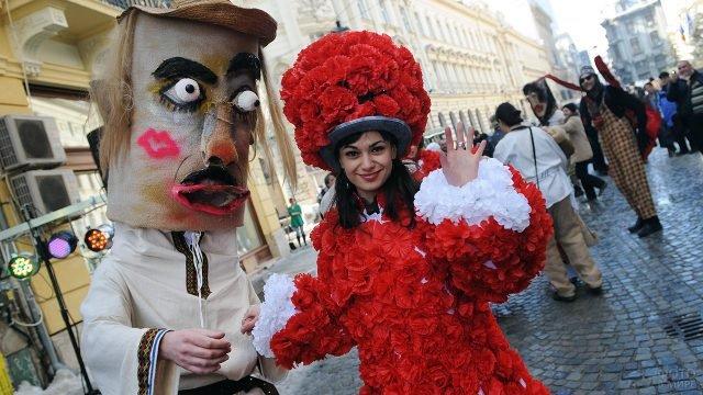 Ряженые на уличном фестивале в честь Дня влюблённых