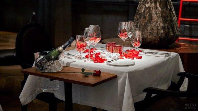 Романтичная сервировка столика в ресторане на 14 февраля в Будапеште