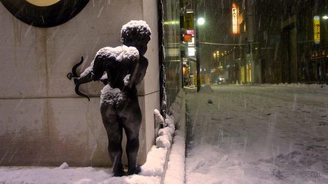 Скульптура Купидона под снегопадом в Токио, установленная на День влюблённых