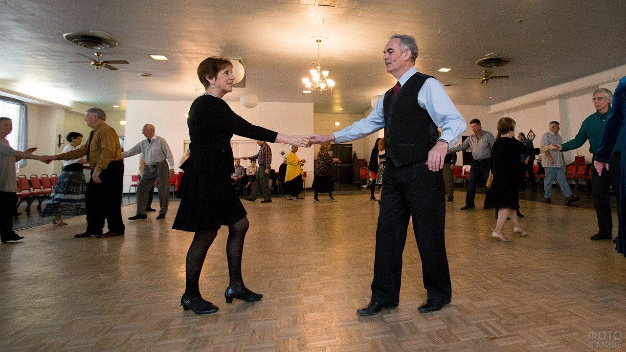 Танцы с инструкторами на вечере в санатории в честь 14 февраля