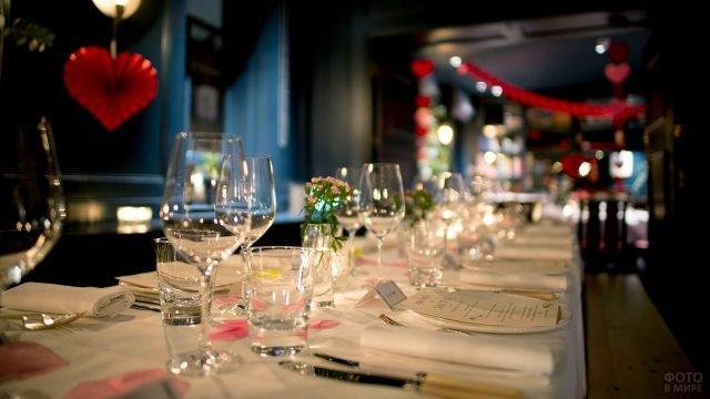 Украшенный для вечеринки в честь Дня влюблёных столик в ресторане