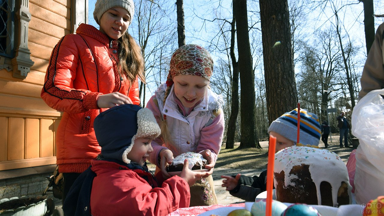 Дети делят куличи в Пасхальное воскресенье